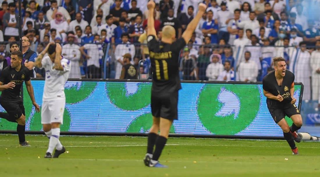 النصر يقتنص فوزا ثمينا من الهلال ويتصدر الدوري السعودي