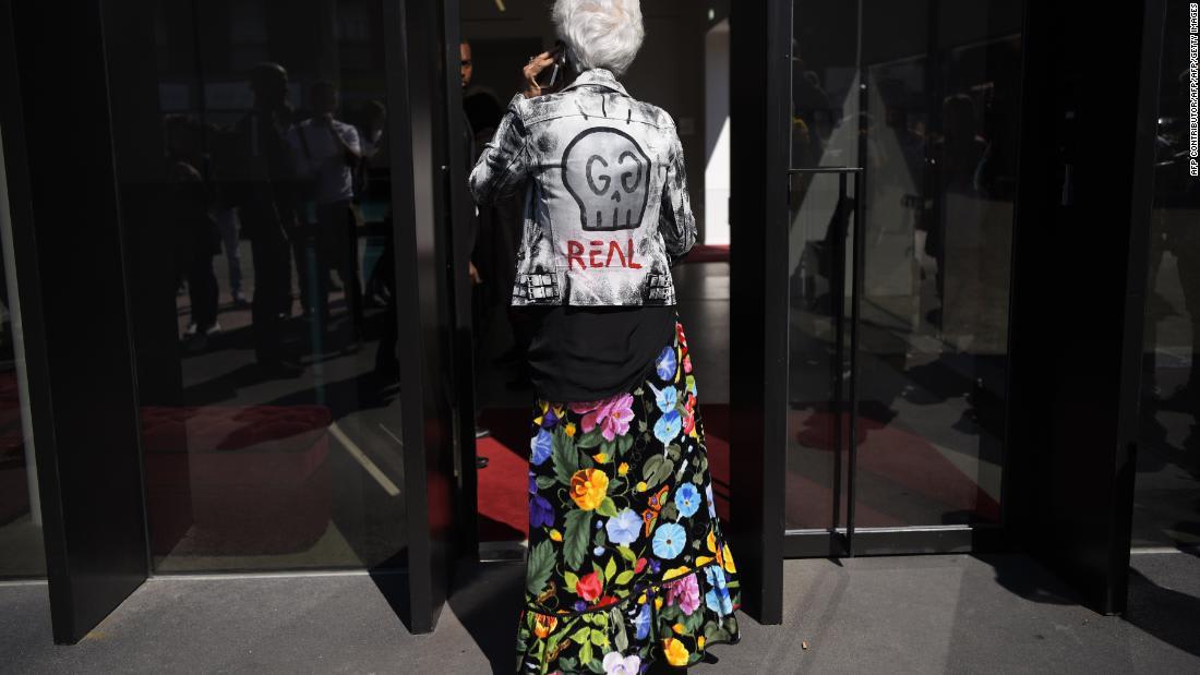 عشاق الأزياء في ميلان يشاركون معنى الأزياء بالنسبة لهم