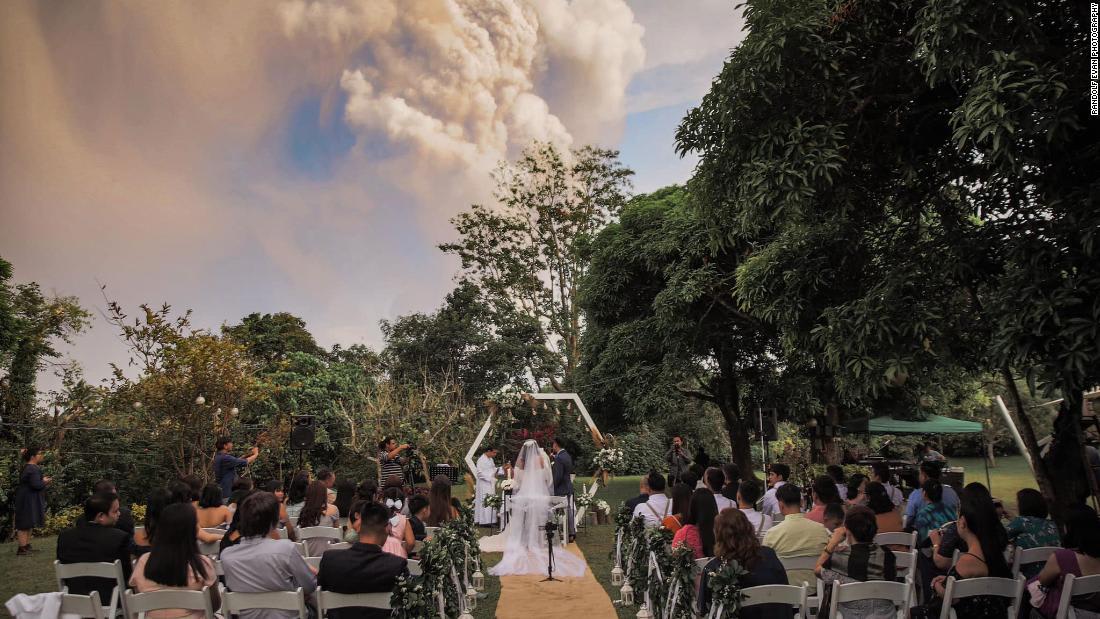 عرس أثناء ثوران بركان في الفلبين