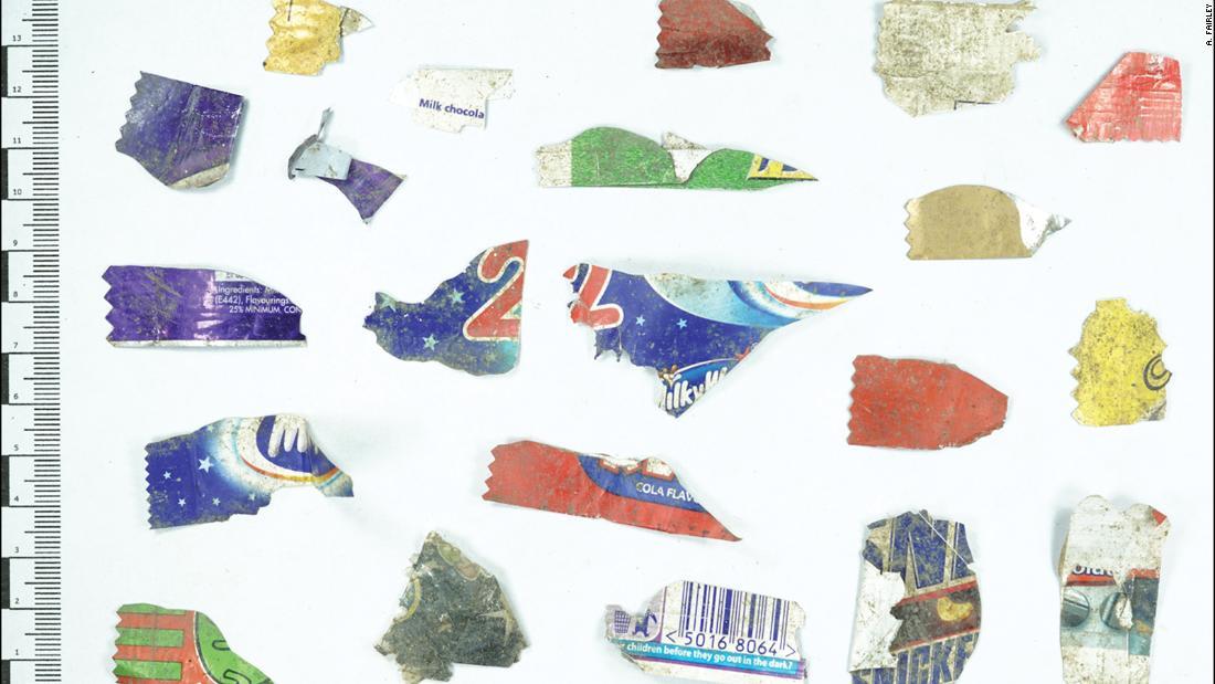 """""""العصر البلاستيكي"""".. العثور على مئات النفايات البلاستيكية بموقع أثري يعود للعصر الحديدي بالمملكة المتحدة"""