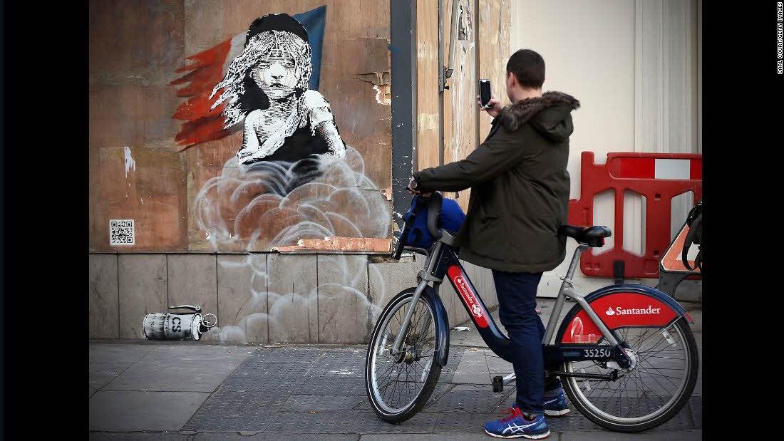 صور بانكسي في الجدارية كوزيت بطلة المسرحية الموسيقية البؤساء