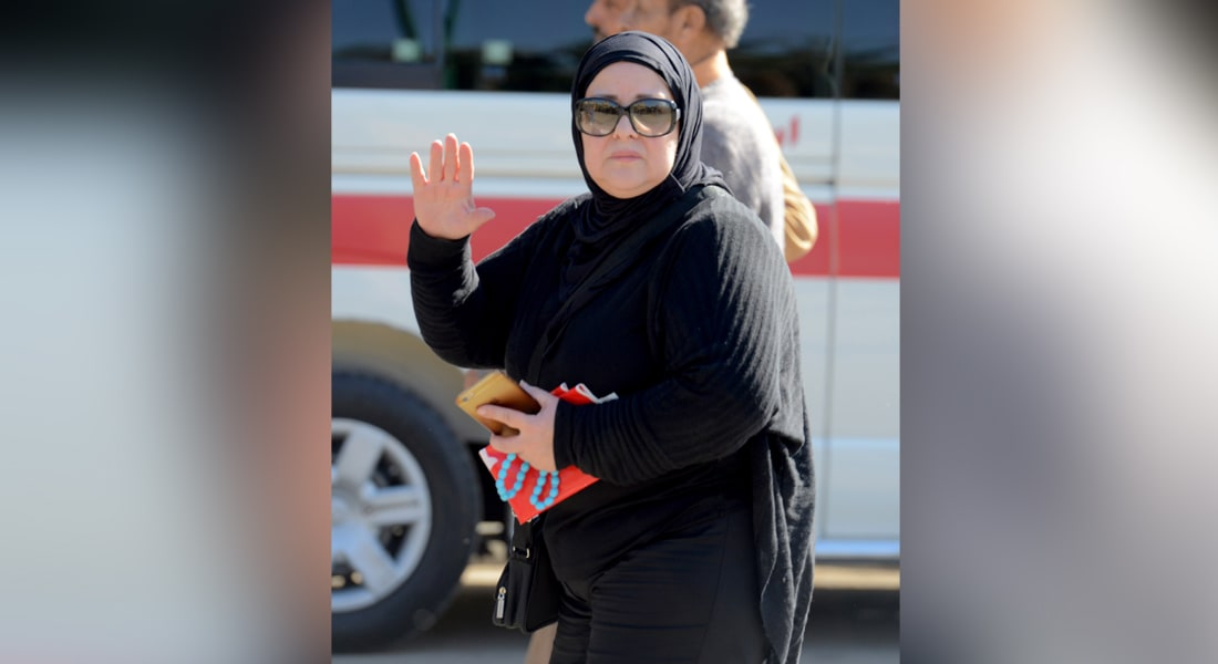 الفنانة المصرية دلال عبد العزيز خلال حضورها جنازة المطربة الراحلة شادية