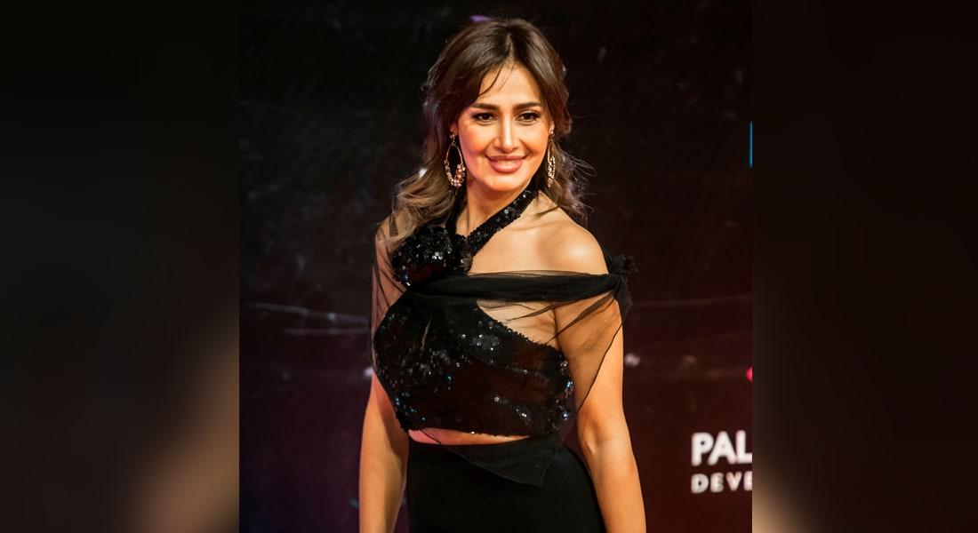 الممثلة المصرية حلا شيحة على السجادة الحمراء في حفل افتتاح الدورة 41 من مهرجان القاهرة السينمائي الدولي