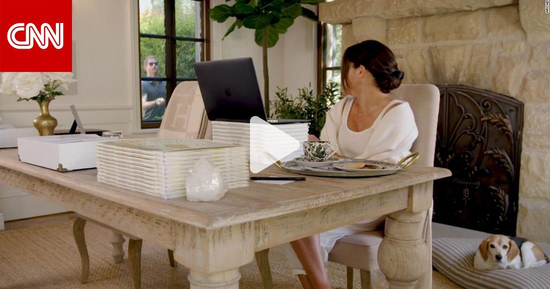 شاهد الأمير هاري يقاطع زوجته ميغان خلال مقابلة بحركات بهلوانية