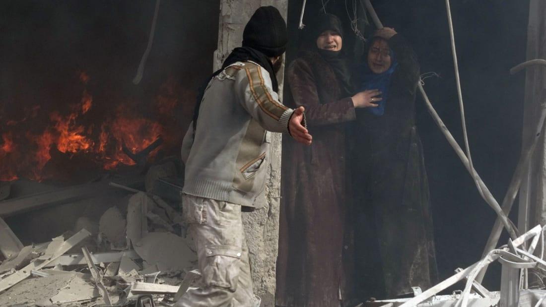 انتشال طفلة من تحت الأنقاض بعد قصف حلب