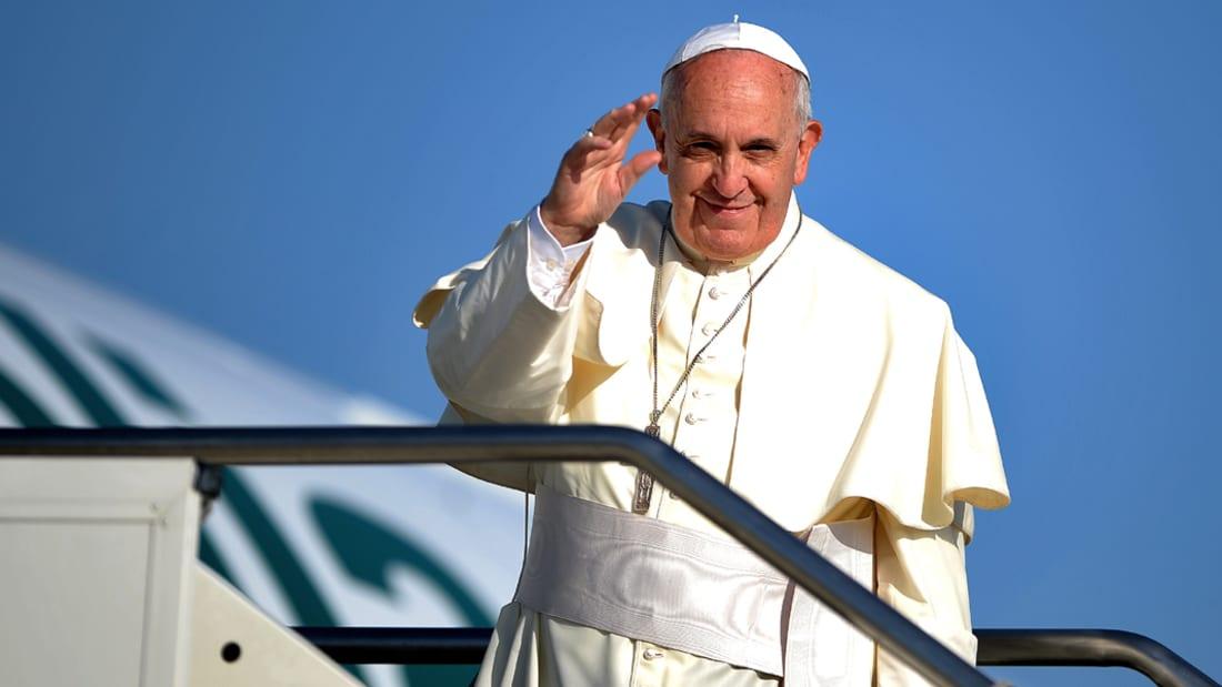 لحظة وصول البابا إلى الأردن