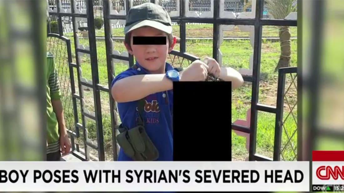 بالفيديو.. استرالي من داعش صوّر نجله يحمل رأس رجل