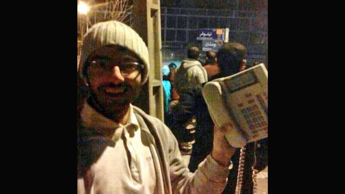 شاهد.. اقتحام متظاهرين للسفارة السعودية بإيران