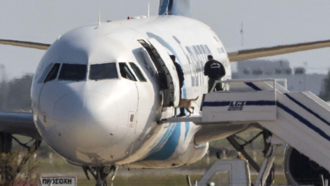 فيديو التقطته كاميرات المراقبة.. لحظة عبور خاطف الطائرة المصرية بوابات الأمن في المطار
