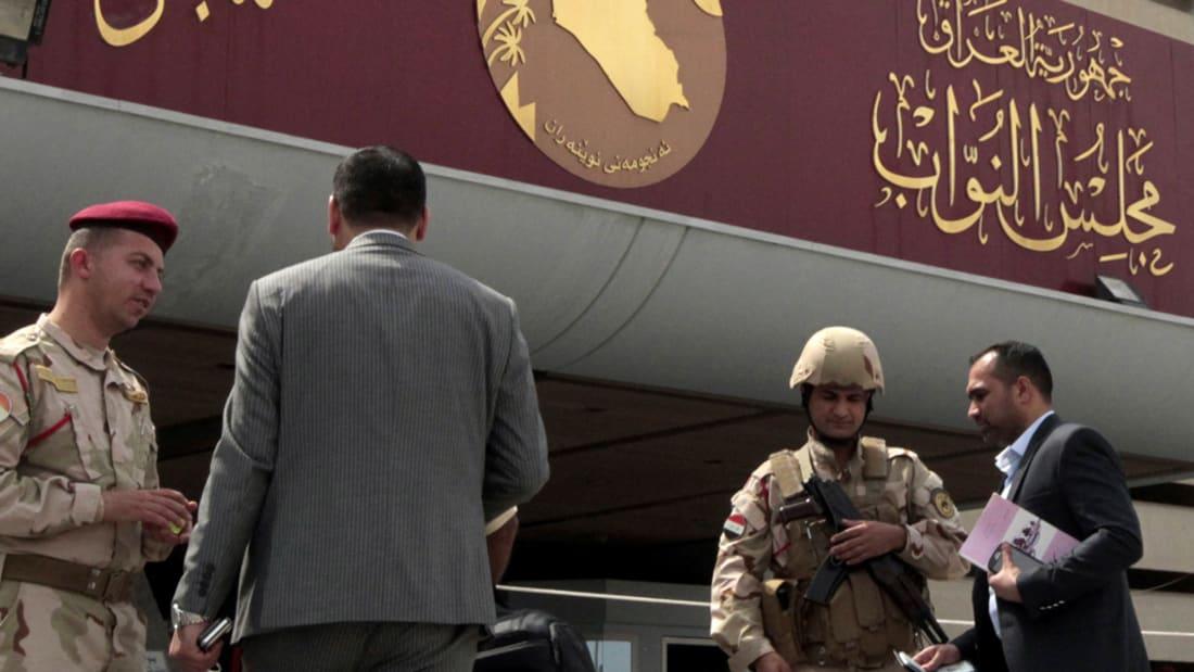 بالفيديو: اشتباكات بالأيدي واعتصامات.. ونواب يصوتون على إقالة رئيس البرلمان العراقي