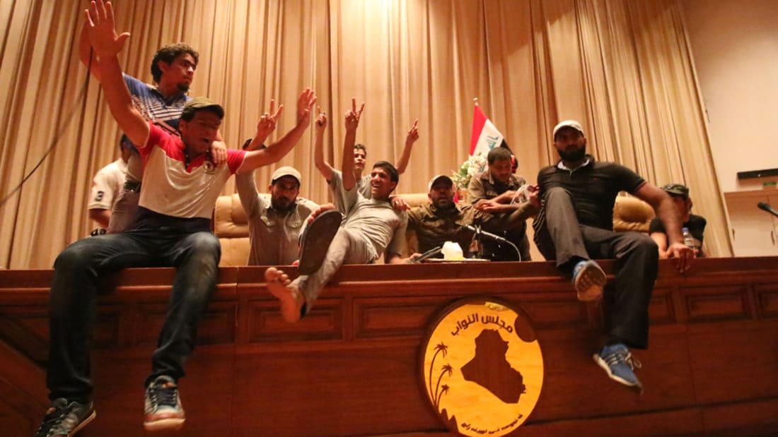 شاهد.. متظاهرون من أنصار الصدر يقتحمون المنطقة الخضراء والبرلمان في بغداد