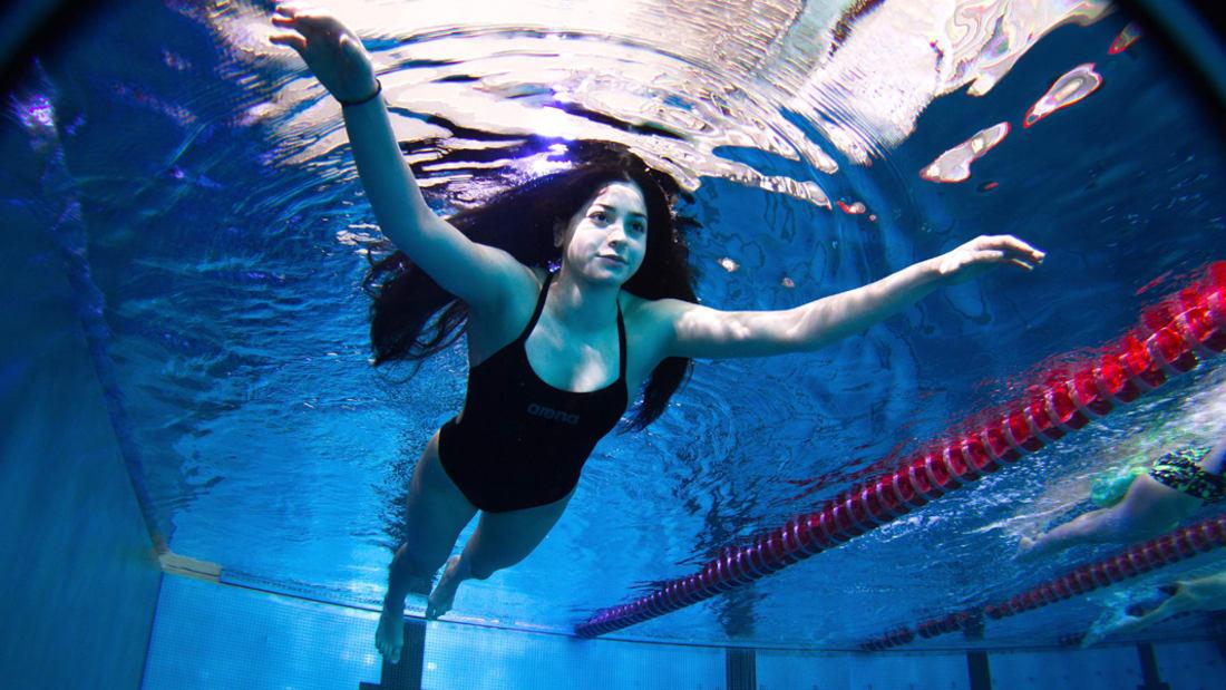 بالفيديو: لاجئة سورية أنقذت أسرتها من الغرق تسبح نحو الأولمبياد