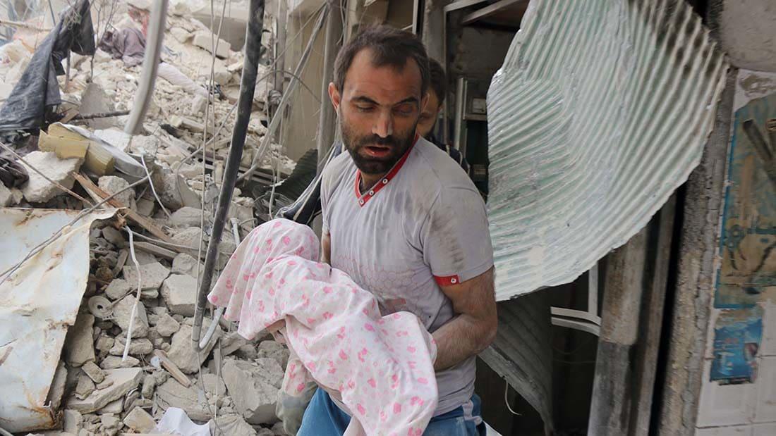 شاهد لحظة من الحياة وسط الموت في حلب.. انتشال رضيعة من تحت الأنقاض