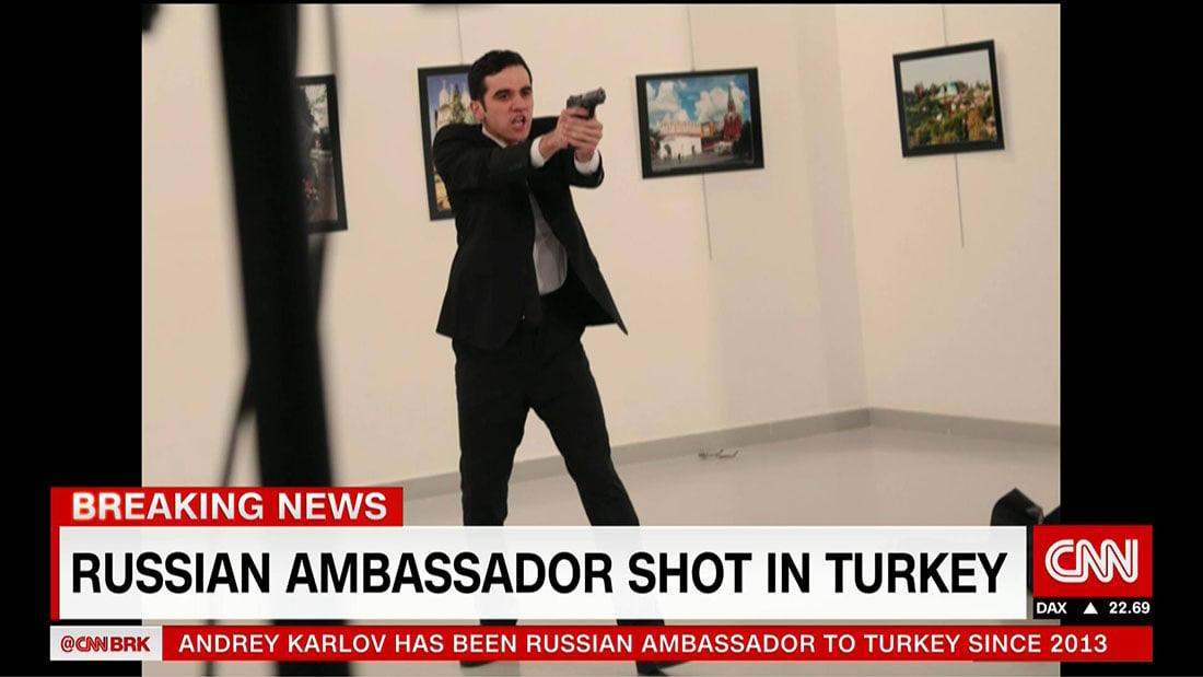 شاهد.. لحظة إطلاق النار على السفير الروسي في تركيا.. والمنفذ: لا تنسوا حلب