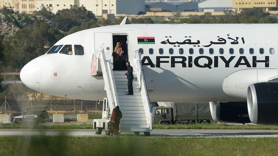 شاهد.. ركاب يغادرون الطائرة الليبية المختطفة في مالطا