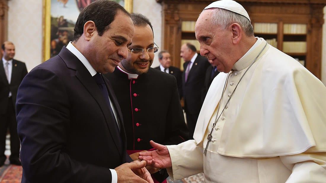 """شيخ الأزهر ينهي توترا استمر لسنوات مع الفاتيكان.. قبلات وميدالية زيتون ونسخة عن """"كن مسبّحا"""""""