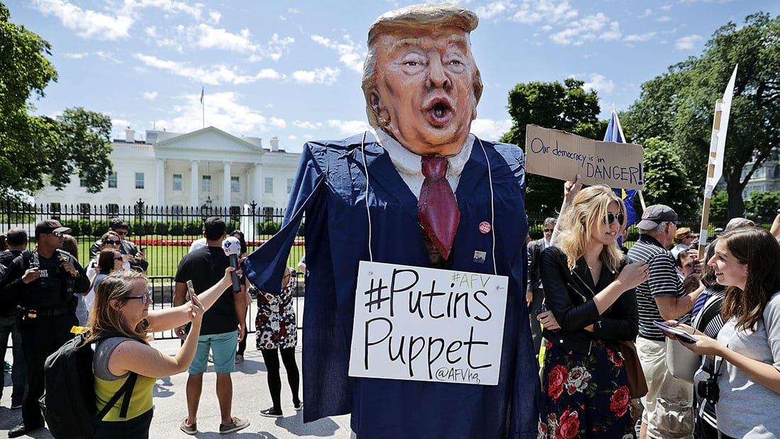 متظاهرون أمام البيت الأبيض يحتجون على إقالة مدير FBI.. ويهتفون: عار