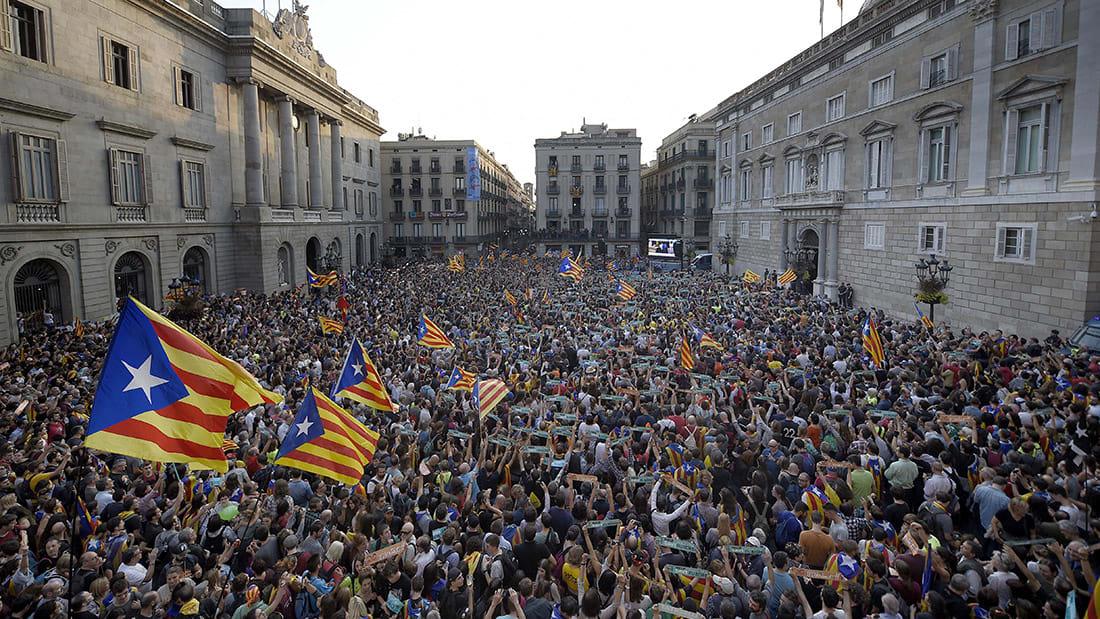 آلاف الكتالونيين يحتفلون بتصويت البرلمان لصالح الاستقلال عن إسبانيا