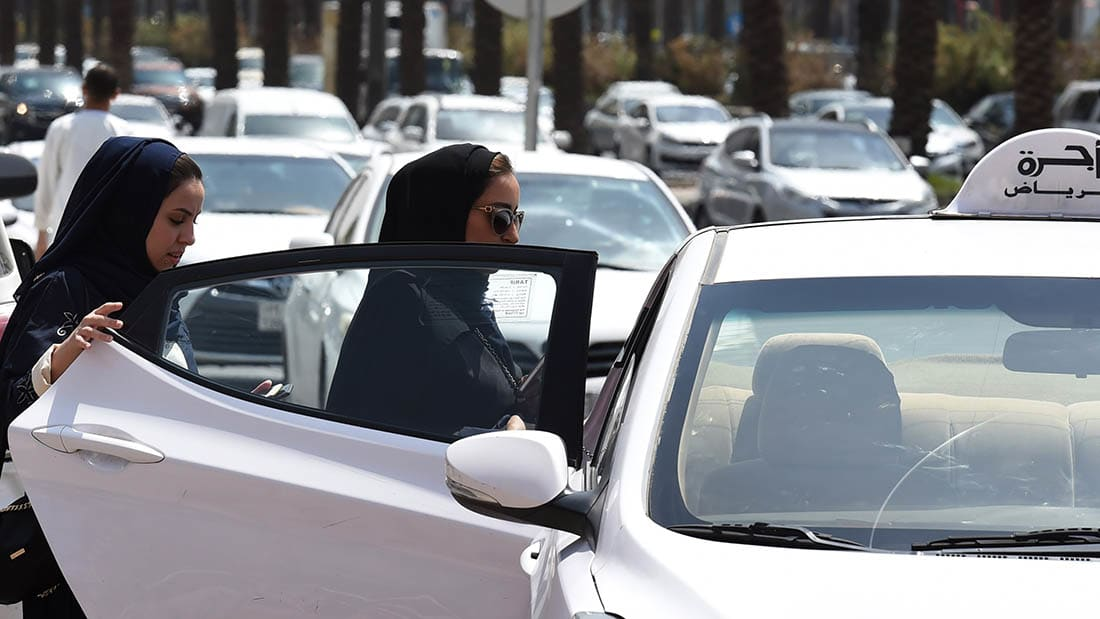 شاهد.. أبرز محاولات السعوديات للحصول على حق قيادة السيارات منذ 1990