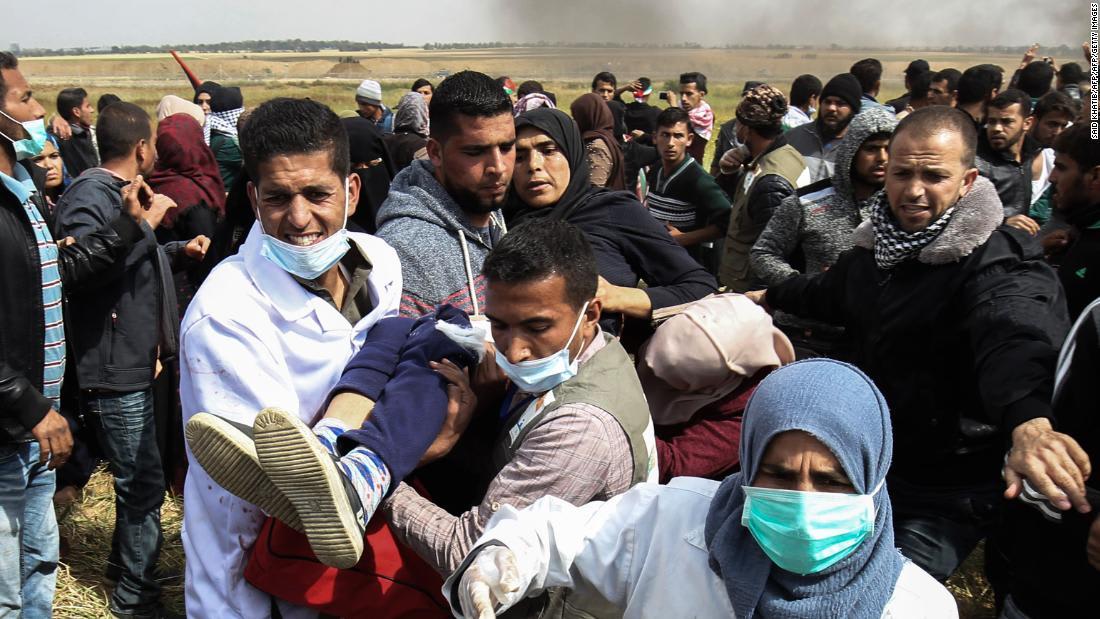 مقتل 17 فلسطينيا وإصابة 1400 قرب السياج الأمني بغزة