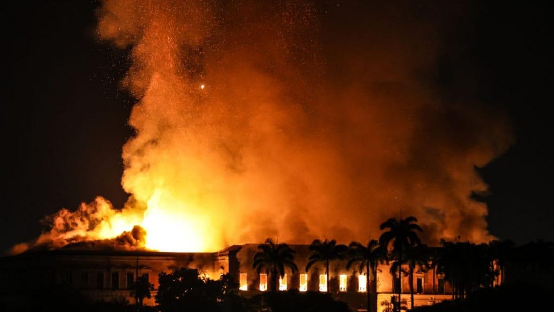 يوم حزين في البرازيل.. حريق يدمر متحفا يضم قطع آثار مصرية