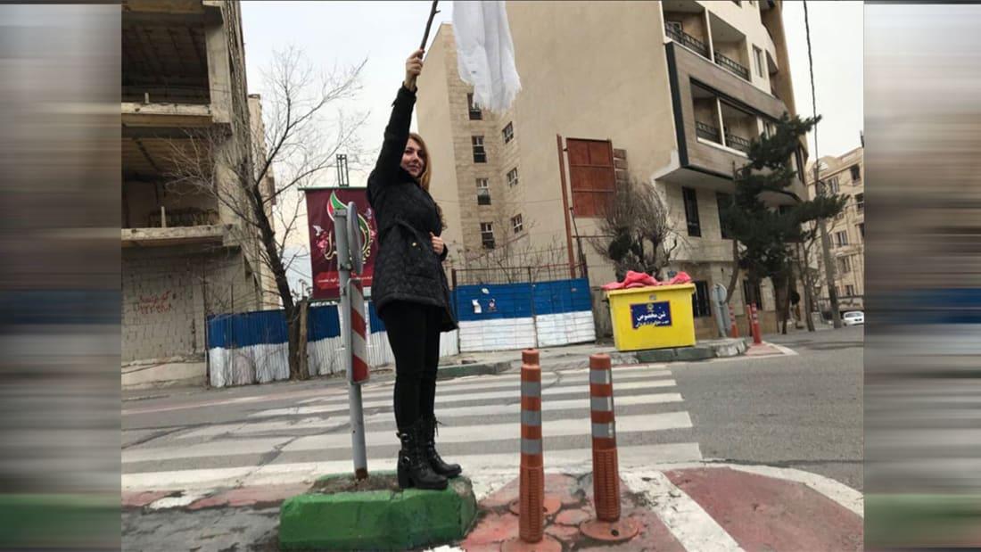 شاهد.. إيرانيات يخلعن الحجاب في شوارع طهران