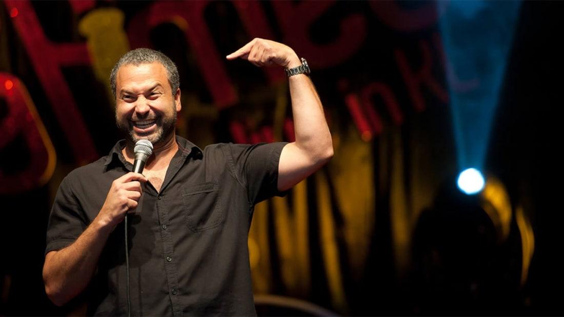 يتعلم كوميدي لبناني لغة الإشارة لإلقاء أداء كوميدي صامت