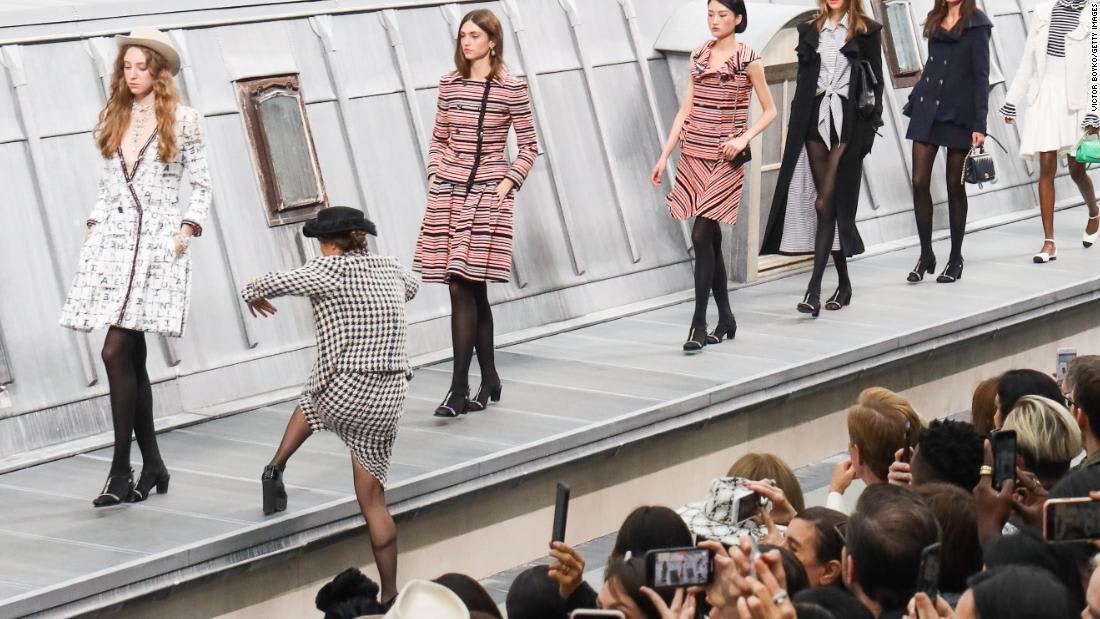 فتاة تقتحم عرض أزياء وجيجي حديد تدفعها عن المنصة