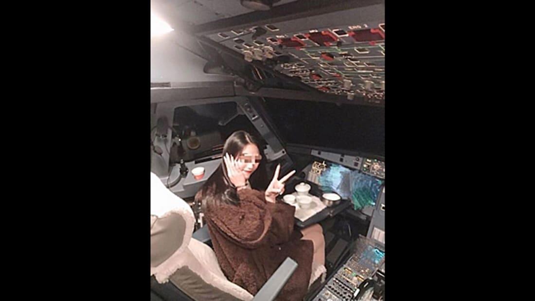 لحظة هبوط طائرة في نهر وقائدها فوق الجناح يطلب المساعدة