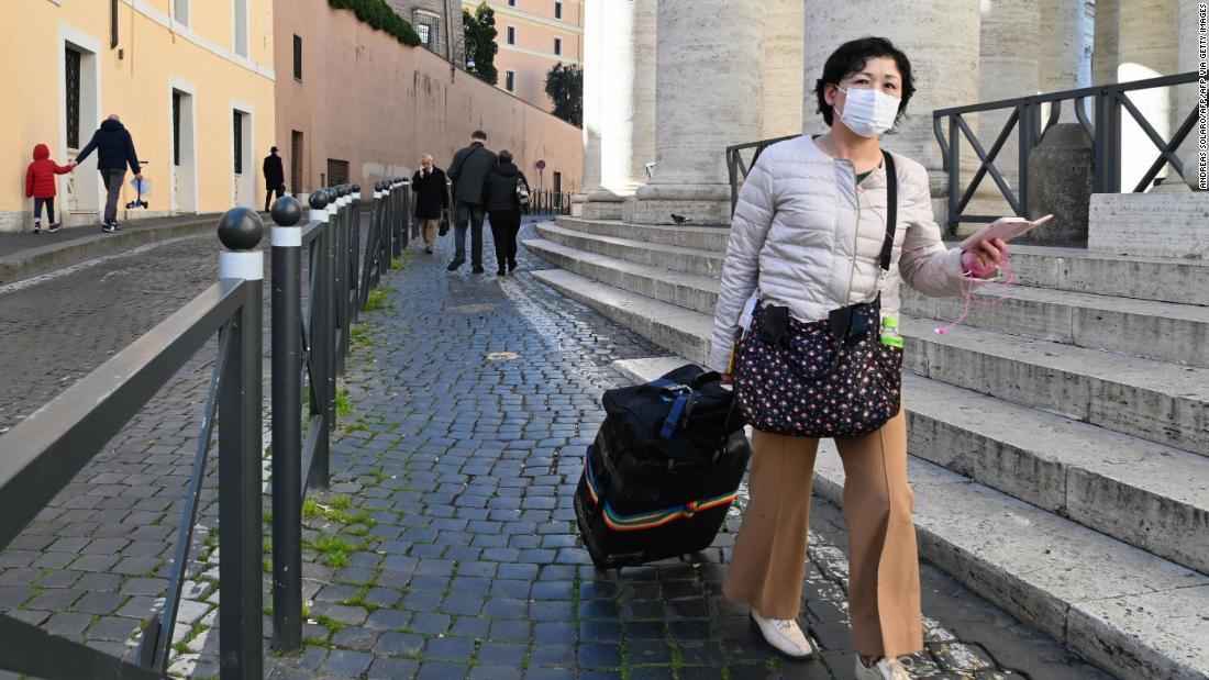 مسافرون يروون كيف تأثرت خططهم بسبب فيروس كورونا