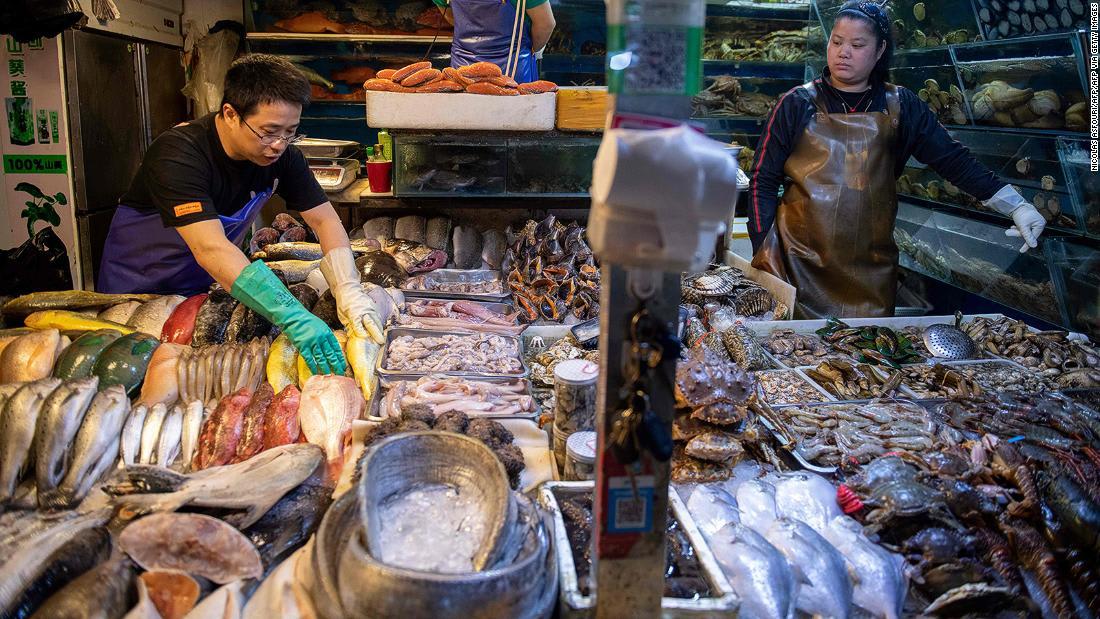 """رغم وباء كورونا.. إعادة فتح بعض """"الأسواق الرطبة"""" بؤرة التفشي في الصين"""