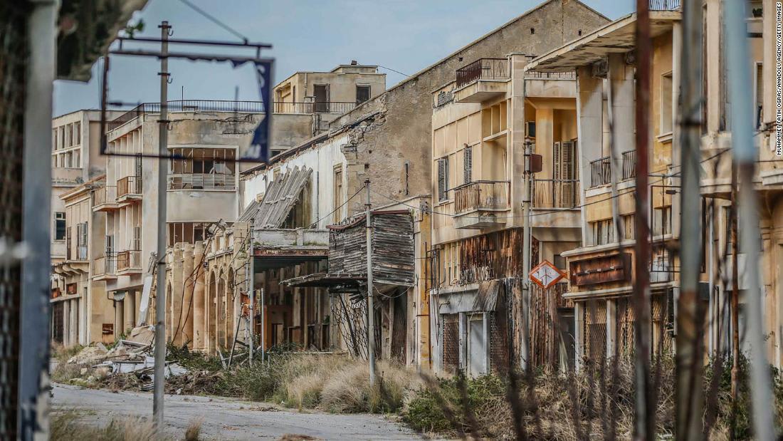 لحظة وصول أول مجموعة سياحية الى قبرص بعد 3 أشهر من الإغلاق