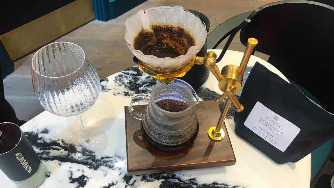مقهى في أوكرانيا يتيح لزواره الاستمتاع بالقهوة برفقة الراكون