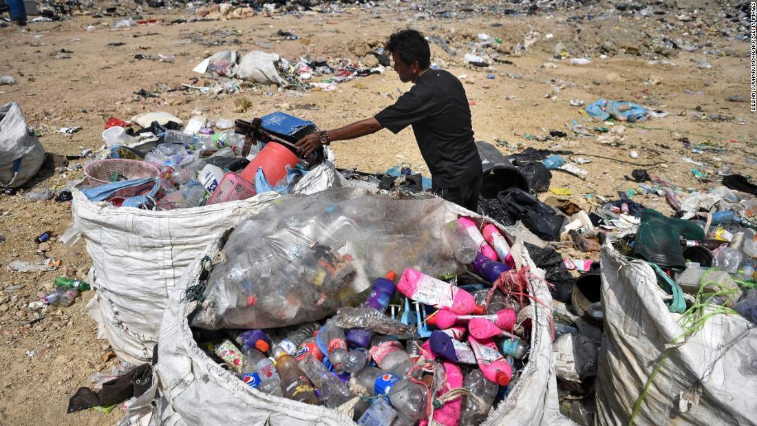 """الطبيب سانجاي غوبتا يشارك معاناته لحماية قناع """"N95"""" من التلوث: أصبح كالذهب"""