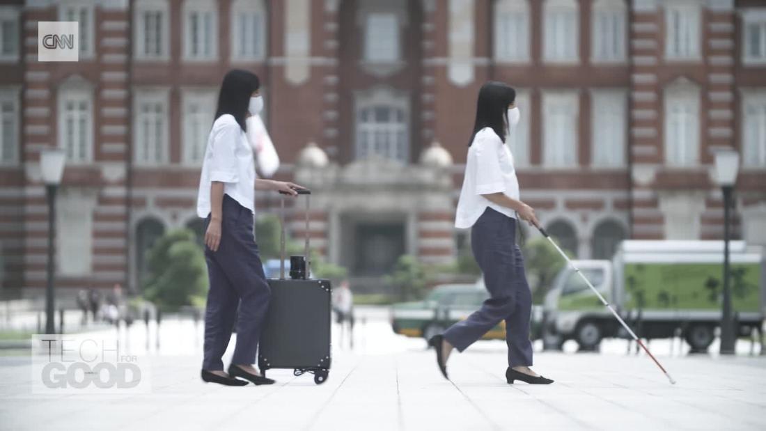 مكفوفة تبتكر روبوت على شكل حقيبة مصممة لتكون رفيق السفر