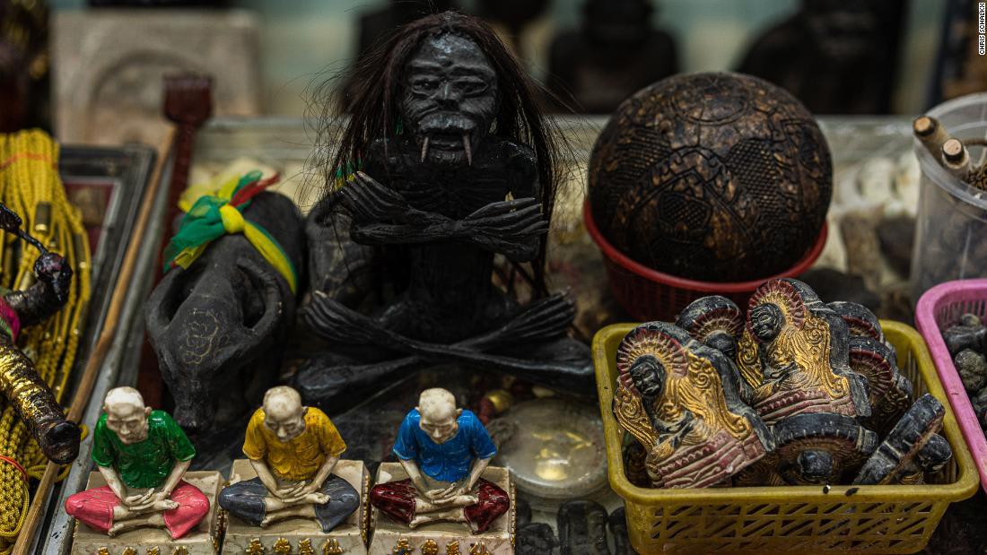 شاهد ردة فعل القردة في مدينة قديمة في تايلاند لدى سماع الموسيقى