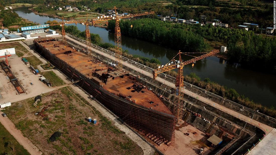 """شاهد.. الصين تبني سفينة """"تيتانيك غير قابلة للغرق"""" بالحجم الأصلي"""