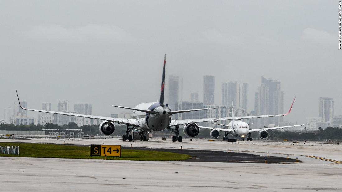 شاهد استعداد مضيفات الطيران لمواجهة الركاب المشاغبين في الجو