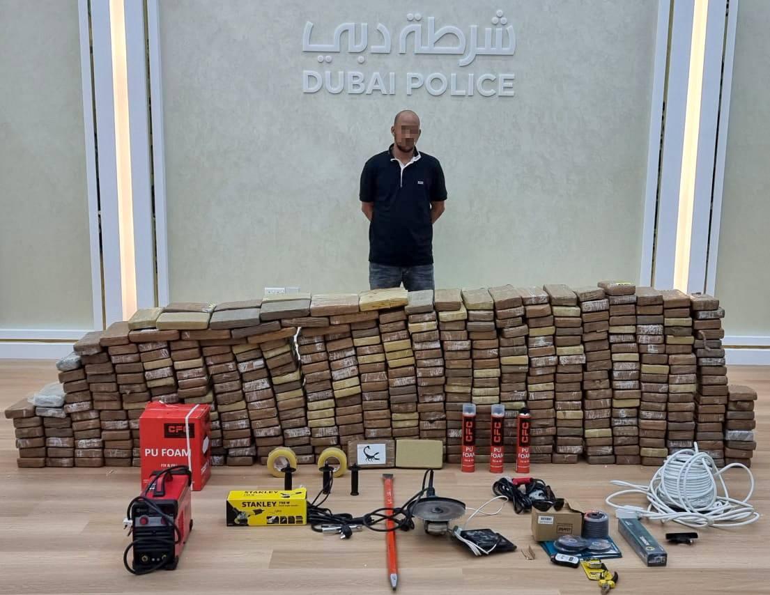صورة نشرتها شرطة دبي لشحنة الكوكايين والمتهم في محاولة تهريبها