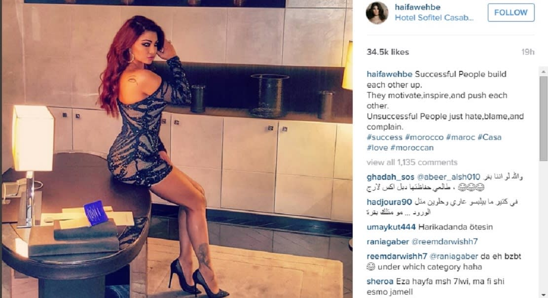 هيفاء تخلق جدلًا في المغرب بسبب لباسها أثناء عرض غنائي أحيته في ملهى ليلي