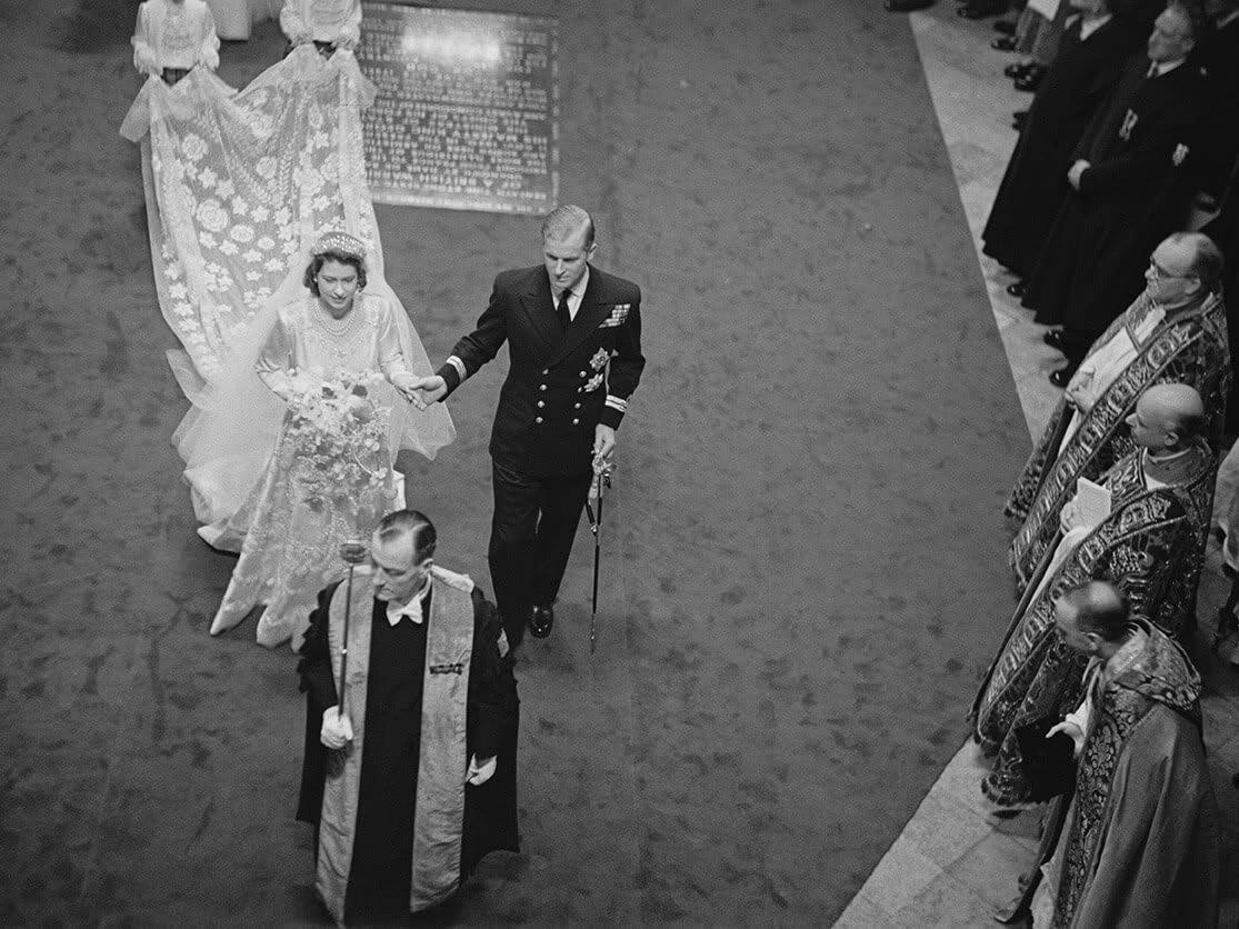 الأمير فيليب والملكة إليزابيث.. قصة اللقاء الأول والفتاة المفتونة بطالب الكلية البحرية