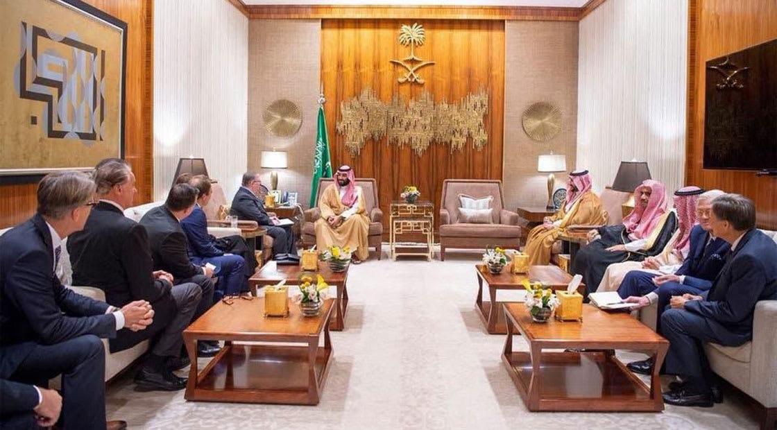 صورة أرشيفية لولي العهد السعودي خلال لقاء رسمي بوجود لوحة معروضة لفنان سعودي