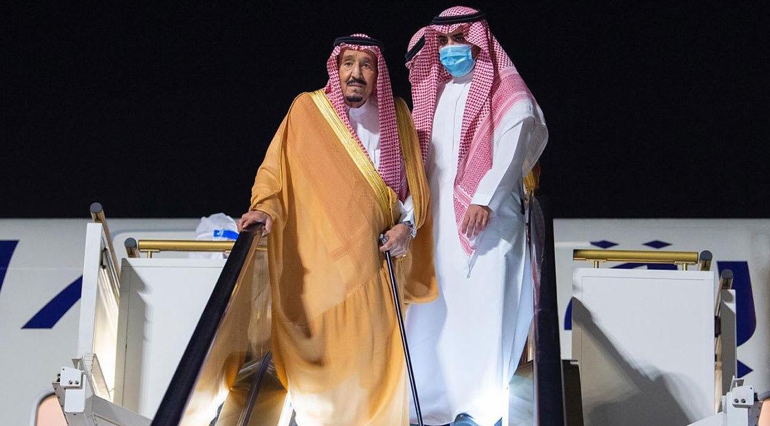 الملك سلمان لدى وصوله إلى نيوم