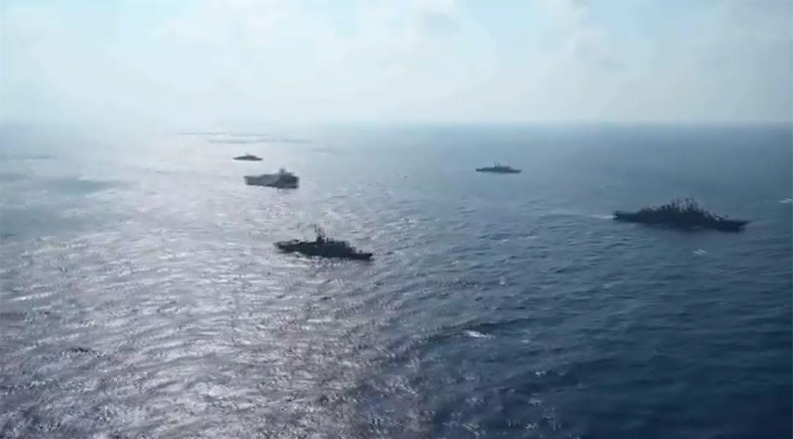 """سفينة التنقيب """"أورتش رئيس"""" وسط تشكيلة بحرية عسكرية."""