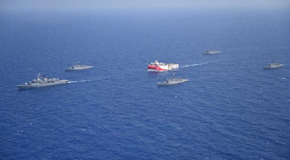 سفينة التنقيب التركية أوروتش رئيس محافطة بتشكيل من سفن البحرية التركية