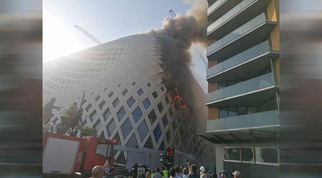 الصورة التي نشرها الدفاع المدني اللبناني للمبنى المحترق