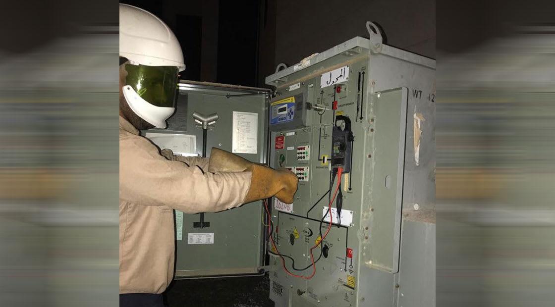 صورة أرشيفية لموظف بشركة الكهرباء السعودية خلال عملية صيانة لمحول