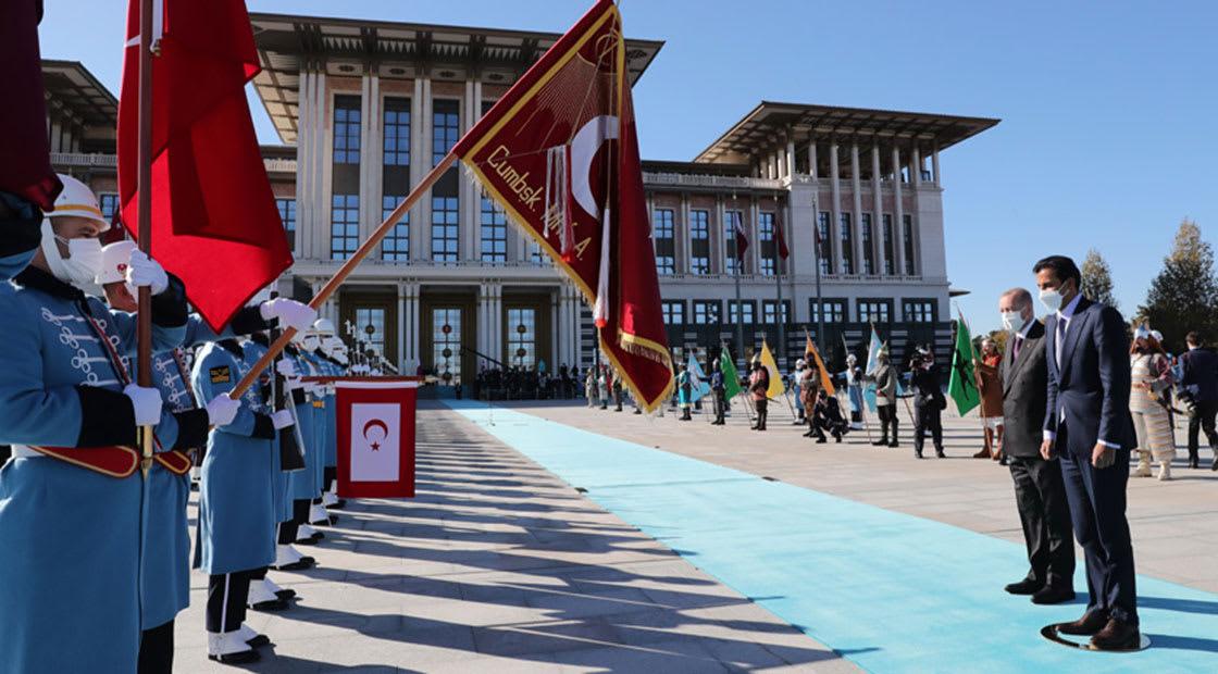 أمير قطر ورئيس تركيا خلال مراسم الاستقبال الرسمية