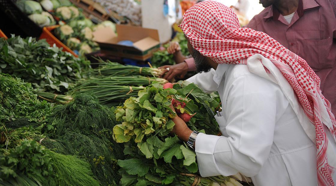 صورة أرشيفية لرجل في محل خضار بالسعودية