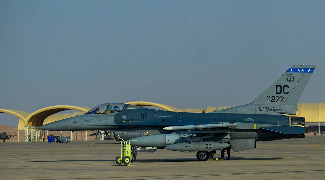 مقاتلة f16 أمريكية بقاعدة الأمير سلطان